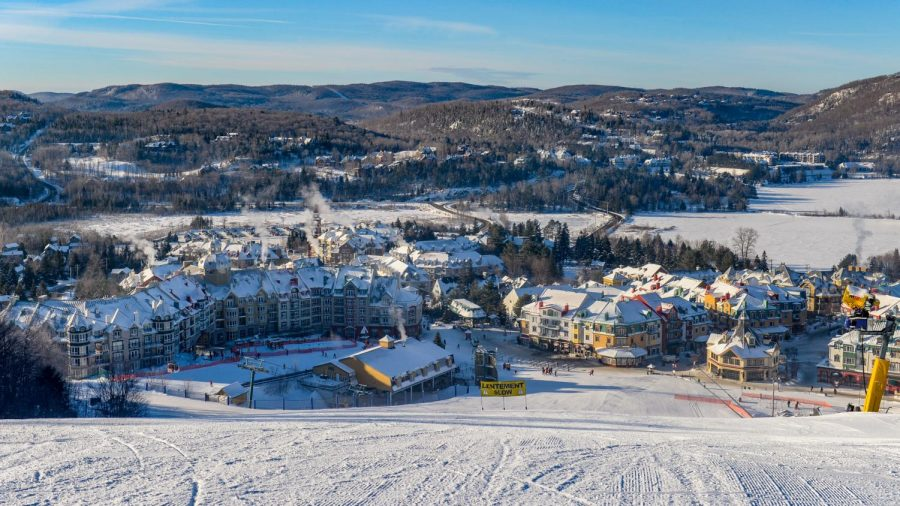 Mont+Tremblant+twinkles+in+the+sunlight+on+a+bright%2C+winter+day.+WJ+students+traveled+to+the+mountain-side+town+rto+partake+in+three+days+of+skiing+and+snowboarding+among+their+peers.+Photo+courtesy+of+Wikimedia+Commons.+