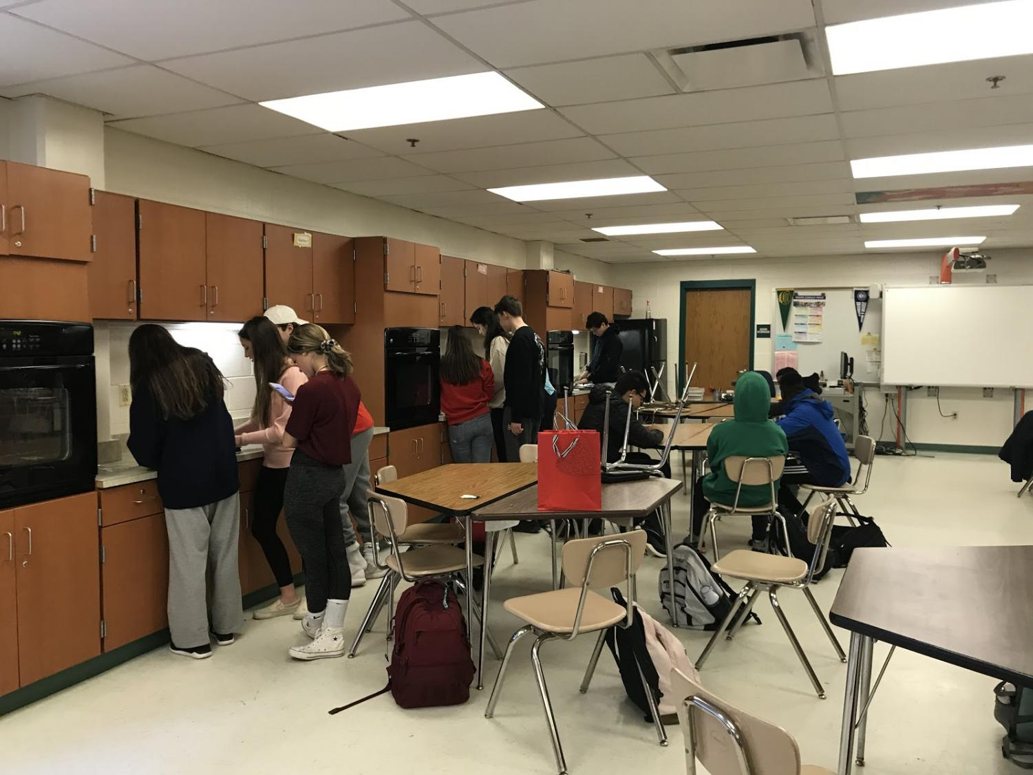 The+different+student+groups+line+up+at+their+stations+to+make+the+finishing+touches+on+their+chocolate+dishes.+In+the+first+period+class+Amelia+Fink%2C+Nna+Oranuba%2C+Patrick+Rosenbaum%2C+Tara+Taj%2C+Fernanda+Thomazi+and+Leila+Hamidi-Imani+won.+In+the+second+period+class+Ethan+Aronovich+Jhon+Arpon+and+Bvlgari+Welch+won.+Photo+by+Sam+Falb