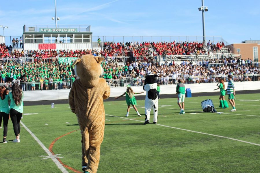 SGA+President+Jacqueline+Moss+leads+the+traditional+seniors+chant+to+begin+the+pep+rally%2C+while+the+other+members+of+the+SGA++try+to+pump+up+the+crowd.