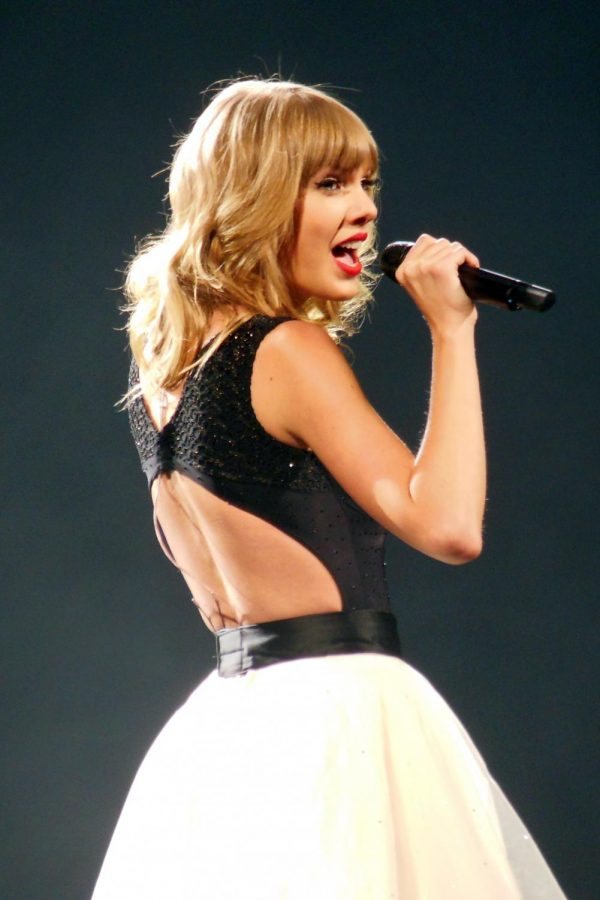 Pop+star+Taylor+Swift+sings+a+song+off+her+2012+album%2C+Red%2C+on+her+2013-2014+tour%2C+The+Red+Tour.+The+Red+Tour+is+one+of+many+of+Swift%27s+tours+that+the+Netflix+documentary+Miss+Americana+covers.